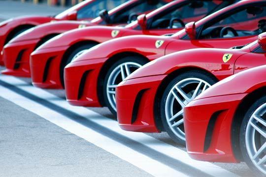 ¿Ferrari o Lamborghini? Pilota estos dos fantásticos coches y da una vuelta en un vehículo de alta gama con esta completa experiencia ¡Elige el circuito que prefieras!