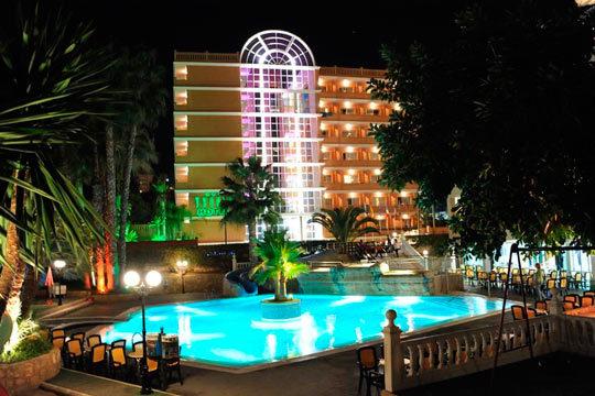 ¡Disfruta de unas vacaciones en la animada Benidorm! 7 noches en un coqueto hotel cerca de la playa y régimen de pensión completa