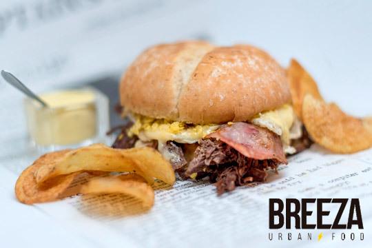 Disfruta de un completo menú con entrante a elegir, 2 burgers, 2 bebidas y más ¡En Breeza Urban Food, el restaurante de moda!