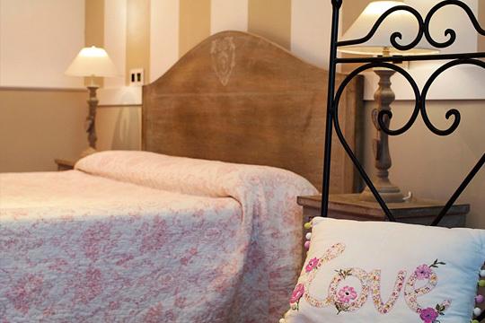 ¡Escapada romántica al Hospedaje Villa Pilar! Noche en habitación doble estándar + detalle de bienvenida en Santilla del Mar