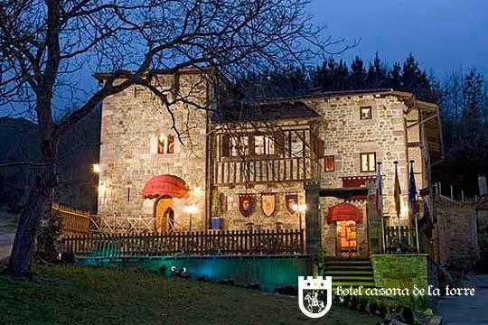 Noche en habitación con bañera de hidromasaje, desayuno y detalle de bienvenida en el medieval hotel Casona de la Torre en Cantabria ¡Un regalo perfecto!