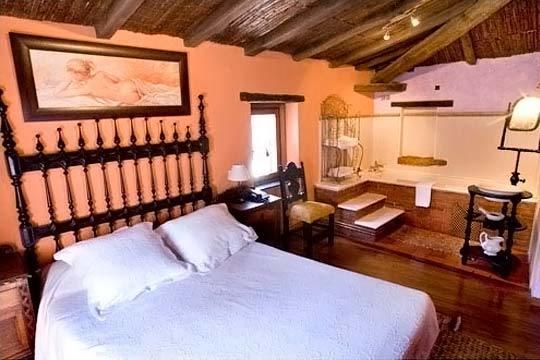 ¡Escapada romántica al Valle de Cabuérniga! Alojamiento en habitación con bañera de hidromasaje y detalle de bienvenida en Casona de la Torre, en Cantabria