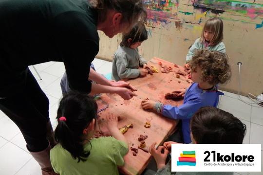 ¡Colonias de Inglés o alemán para niños de entre 3 y 17 años en Semana Santa o San Prudencio! Talleres de arcilla, pintura creativa, máscaras, huevos, juegos comunicactivos...