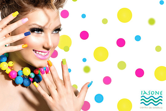 Pinta tus uñas con los colores de la primavera en el Centro de Estética Iasone ¡Elige el color que quieras y esmaltado normal o semipermanente!