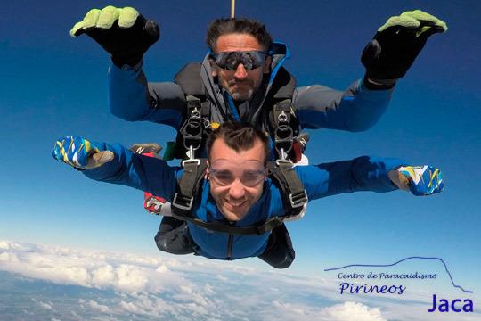 ¡Siente la emoción del paracaidismo en tu piel! Salto a 4000 metros en Pau de la mano del Centro de Paracaidismo Pirineos