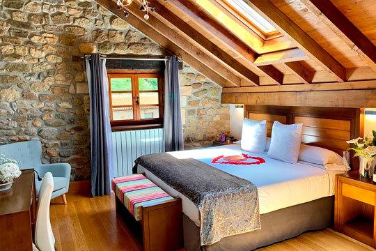 ¡Romántico y especial fin de semana en Cantabria! Alojamiento en suite de 1 o 2 noches con botella de cava y bombones incluidos