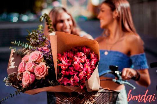 ¡Disfruta de flores frescas a diario! En Bondai Flores disponen de todos los bouqets y ramos que puedas imaginar, elige el tuyo y presume de colorido