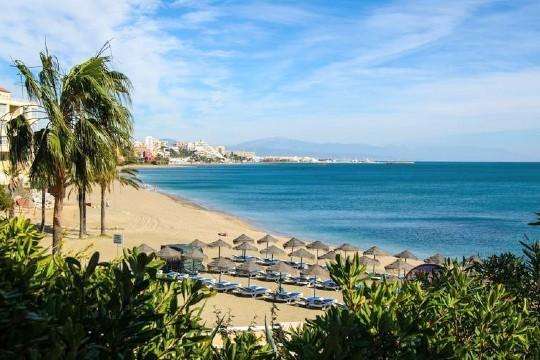 Aprovecha el mes de julio para visitar la costa de Málaga y disfrutar de 7 noches enun studio de Apartamentos La Fonda ¡Incluye teleférico de Benalmádena!