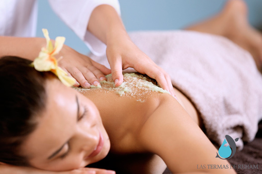 Cuida y protege tu piel con este peeling corporal con almendras y avena ¡Piel más suave, fresca y limpia!