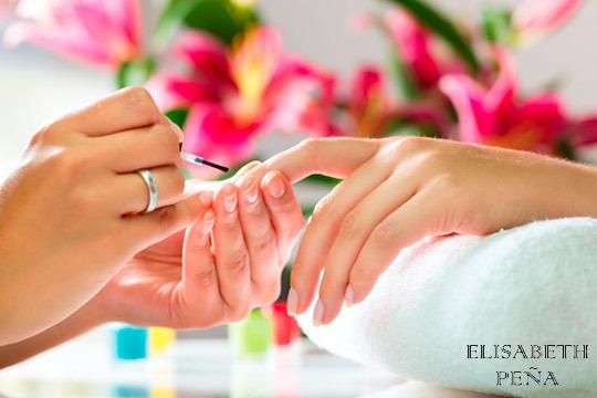Sesión de manicura normal o permanente en el Centro Elisabeth Peña ¡Luce unas manos bonitas y cuidadas!