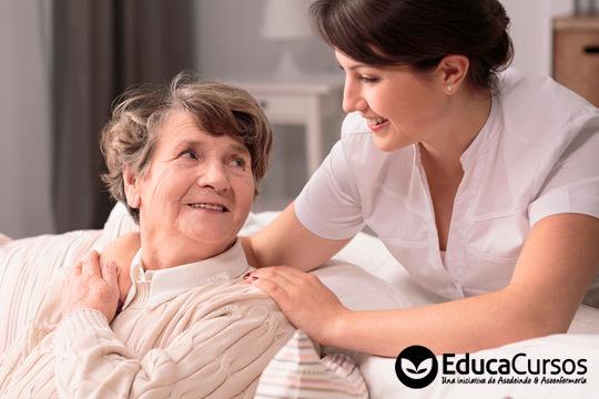 Actualiza tu CV y fórmate como auxiliar de geriatría gracias a este curso de la Asociación de Enfermería ¡Aprende a tu ritmo!