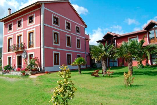 Estancia de 1 o 2 noches en el Hotel rural Casa Vitorio ¡A 100 metros del hotel podrás descubrir el Palacio de los Selgas y jardines al más puro estilo Versalles!