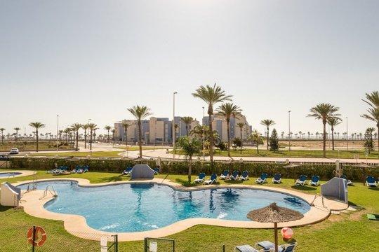 Disfruta de magníficas vistas y de total cercanía a la Playa de Cerrillos con la estancia de 7 noches en Pierre & Vacances Roquetas De Mar ¡Para 6 adultos!