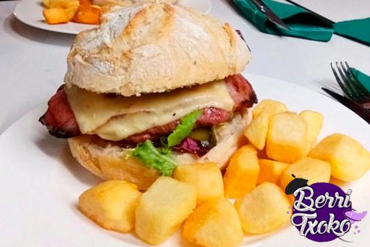 Menú de hamburguesas con patatas y bebida ¡Para 2 personas!