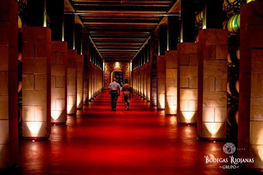 Visita guiada a bodega con experiencia sensorial + cata de 3 vinos + aperitivo y obsequio de botella de vino en Bodegas Riojanas S.A. ¡Fundada en 1890!