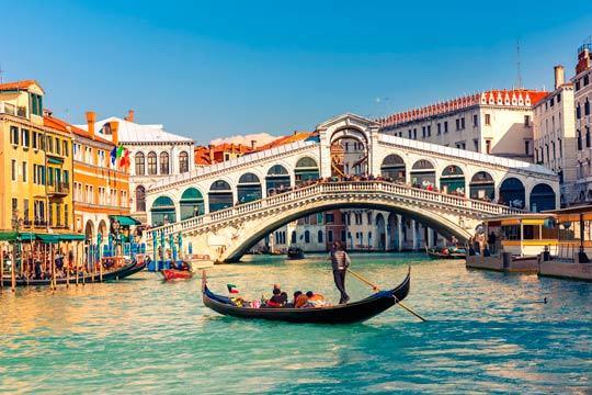 Enamórate de Italia en un circuito que te llevará a recorrer las mejores ciudades del país: Florencia, Venecia, Roma, Padua, Pisa y mucho más ¡Un viaje inolvidable!