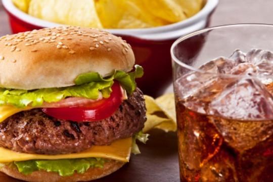 Delicioso menú de 2 hamburguesas, bocadillos o sandwich te esperan en el Gastro Bar Rotterdam, podrás compartir las patatas fritas + 1 bebida por persona ¡Añade postre!