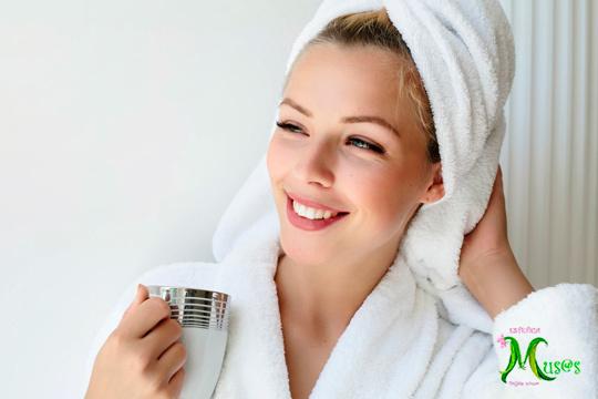 Cuida tu rostro con una limpieza facial y combínalo con una sesión de radiofrecuencia para mejorar la regeneración y oxigenación de la piel ¡Estarás genial!