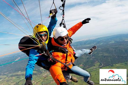 Sobrevuela Lleida en parapente biplaza de la mano de los profesionales de la Escuela Entrenúvols ¡Puedes pedir las acrobacias básicas que quieras!