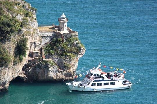 Visita interpretada a una fortaleza Napoleónica, a una fábrica de conservas y paseo en barco hasta el Faro del Caballo!