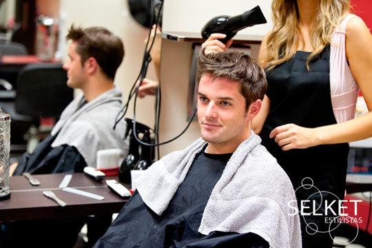 Dale un aire nuevo a tu pelo con una completa sesión de peluquería en Selek Estilistas ¡Estarás guapísimo!