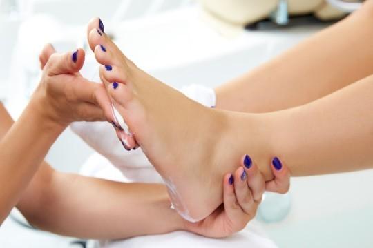 Cuida tus pies y luce los tonos de esmaltes más espectaculares con una sesión de pedicura completa en el Centro Leyton ¡Incluye hidratación con masaje para aliviar el cansancio de tus pies!
