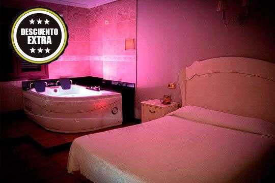 ¡Escapada romántica al Hospedaje Villa Pilar! Noche en habitación doble con jacuzzi privado + detalle de bienvenida en Santilla del Mar