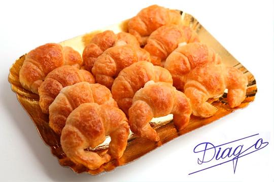 25 mini croissants de mantequilla con masa hojaldrada hecho a mano ¡Producto exclusivo de Pastelería Diago!