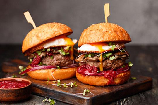 Disfruta en pareja de un delicioso menú con hamburguesa, patatas bravioli y bebida ¡Un planazo!