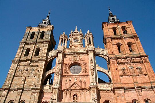 ¡León y Las Médulas en el puente de diciembre! Recorrerás lugares tan emblemáticos como la comarca del Bierzo, Astorga, Ponferrada y todo ello en autocar y con guía