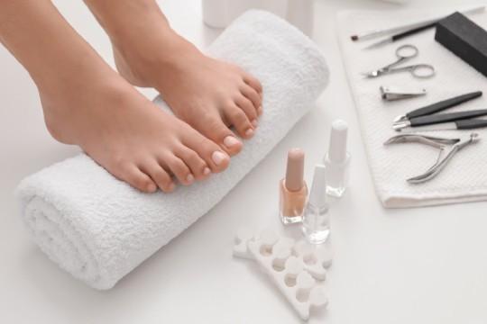 Sesión de pedicura con esmaltado normal o permanente + arreglo de uñas e hidratación con masaje relajante en Freya Estétika ¡Dile adiós al cansancio de tus pies!