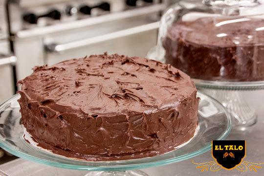 Elige tu sabor favorito con una tarta de 12 raciones en Pastelería El Talo Los Herrán ¡Escoge su tarta estrella de 3 chocolates y desmuéstrale lo que le quieres!