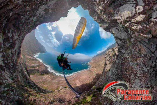 Vive la exclusiva experiencia de sobrevolar en parapente el parque nacional del Teide atravesando el valle de la Orotava o de Guimar y aterrizando en Puerto De la Cruz o Puertito de Guima ¡Paisajes de película!