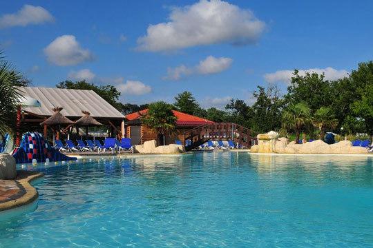 Disfruta de una estancia inolvidable en el Camping Mayotte Vacances 5*, en un entorno natural perfecto para el relax ¡Capacidad para hasta 6 personas!