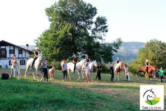 Celebra el cumpleaños de tus hijos de una forma inolvidable y saludable en Lar Zarldiak ¡Con un paseo a caballo de 1h + piñata!