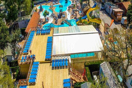 Pasa el puente de mayo divirtiéndote con tu familia. Alójate 3 noches en el Camping Club Famille Lou Pignada ¡para 6 u 8 personas!