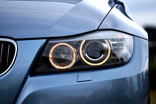 Limpieza de focos delanteros con opción a lavado interior y exterior de coche con Alieric ¡Elige el lavado VIP y presume de automóvil recién salido del concesionario!