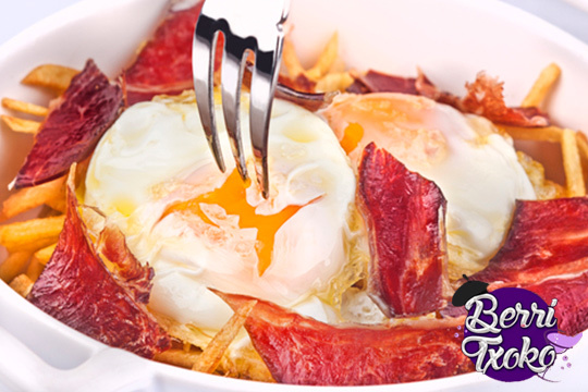 ¡Picoteo salado en Berri Txoko! Menú de huevos rotos con patatas, salchica XL o bacon, croquetas a compartir y bebidas incluidas