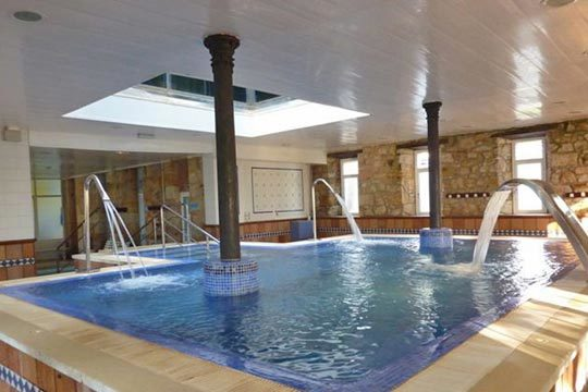 Relájate en las calmadas aguas de la piscina del Balneario Corconte ¡Planifica tu escapada de 1 o 2 noches y complétalo con una comida o cena!