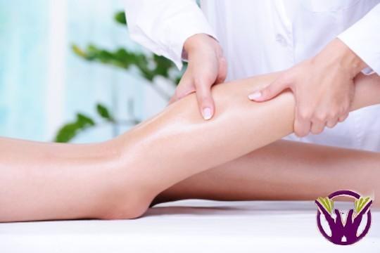 Estimula la circulación venosa de tus piernas con aceites naturales y alivia esos molestos dolores con una sesión de masaje para piernas cansadas ¡Te sentirás realmente ligera!