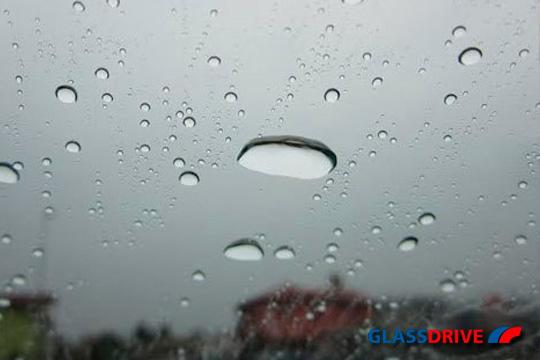 Consigue mayor visibilidad al volante los días de lluvia gracias al tratamiento antilluvia para parabrisas ¡Repele el agua!