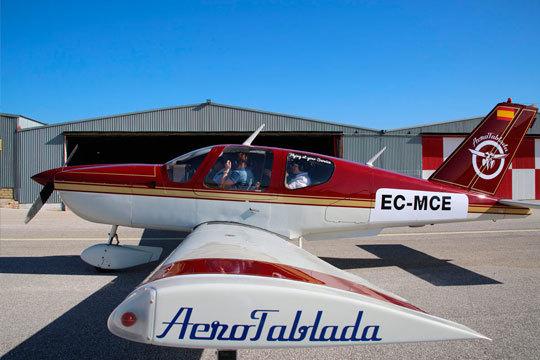 ¡Conviértete en piloto por un día! Aerotablada te ofrece la oportunidad de sobrevolar Sevilla a bordo de una avioneta con instructor