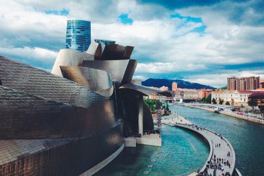 El 31 de octubre viaja a Bilbao y descubre una ciudad con encanto: 3 noches en hotel con desayunos y entrada al Museo Guggenheim ¡No te pierdas nada!