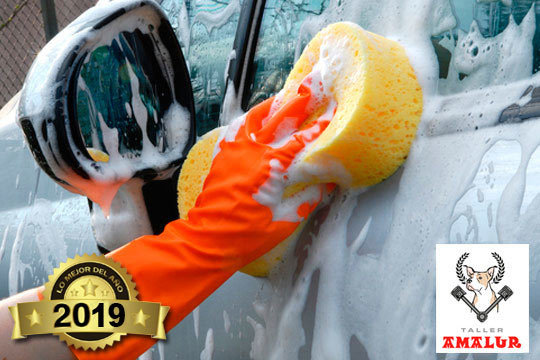 Deja tu coche como si fuera nuevo con un lavado de coche a mano interior y exterior en Talleres Amalur ¡Los mejores profesionales!