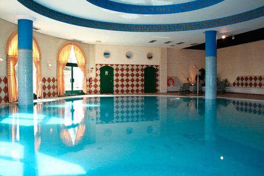Aprovecha el buen tiempo y haz una romántica escapada a Valladolid ¡Alojamiento con desayunos, acceso a piscina climatizada, baños turcos y gimnasio, parking exterior y detalle de bienvenida y opción a cena en el hotel La Vega!