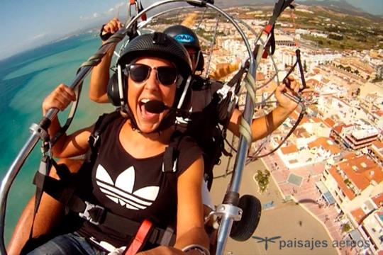 Prepárate para soltar adrenalina sobrevolando las playas más bonita de la península en paratrike ¡Incluye vídeo de la actividad!