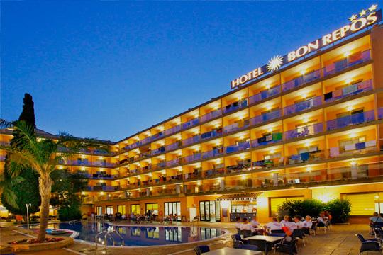 ¡Disfruta en familia de las vacaciones! Calella os espera en agosto con alojamiento en hotel y pensión completa para 2 adultos y 2 niños