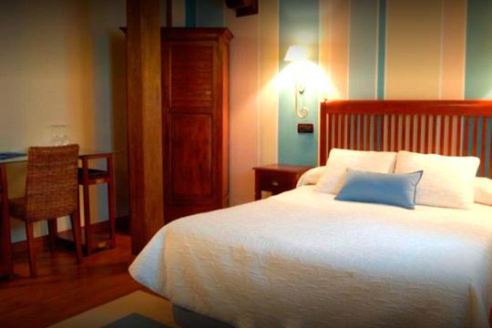 Merecida escapada en Santillana del Mar con 1 o 2 noches en la preciosa Casona de Revolgo ¡Desayuno bufé, habitación con bañera de hidromasaje y visita a las cuevas de Altamira!