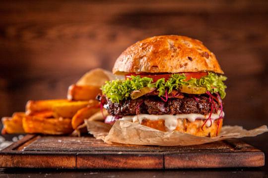 Menú burger supreme con patatas y bebida en el corazón de Gros