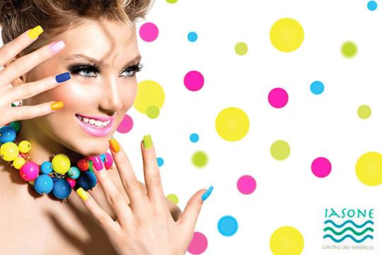 Pinta tus uñas con los colores de la Navidad en el Centro de Estética Iasone ¡Elige el color que quieras y esmaltado normal o semipermanente!